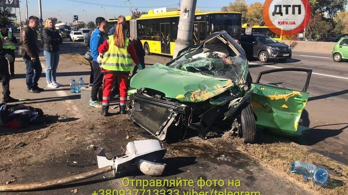 Легковик розбився об стовп на проспекті Ватутіна у Києві