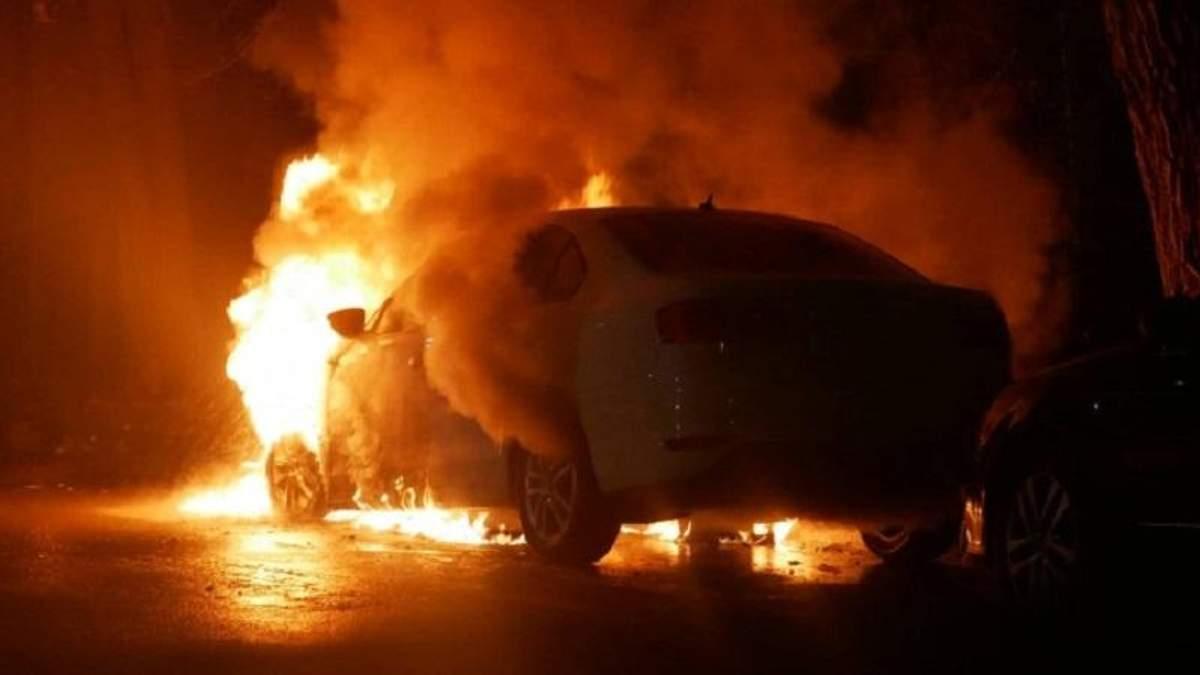 У Києві біля посольства Росії спалили авто з дипломатичними номерами