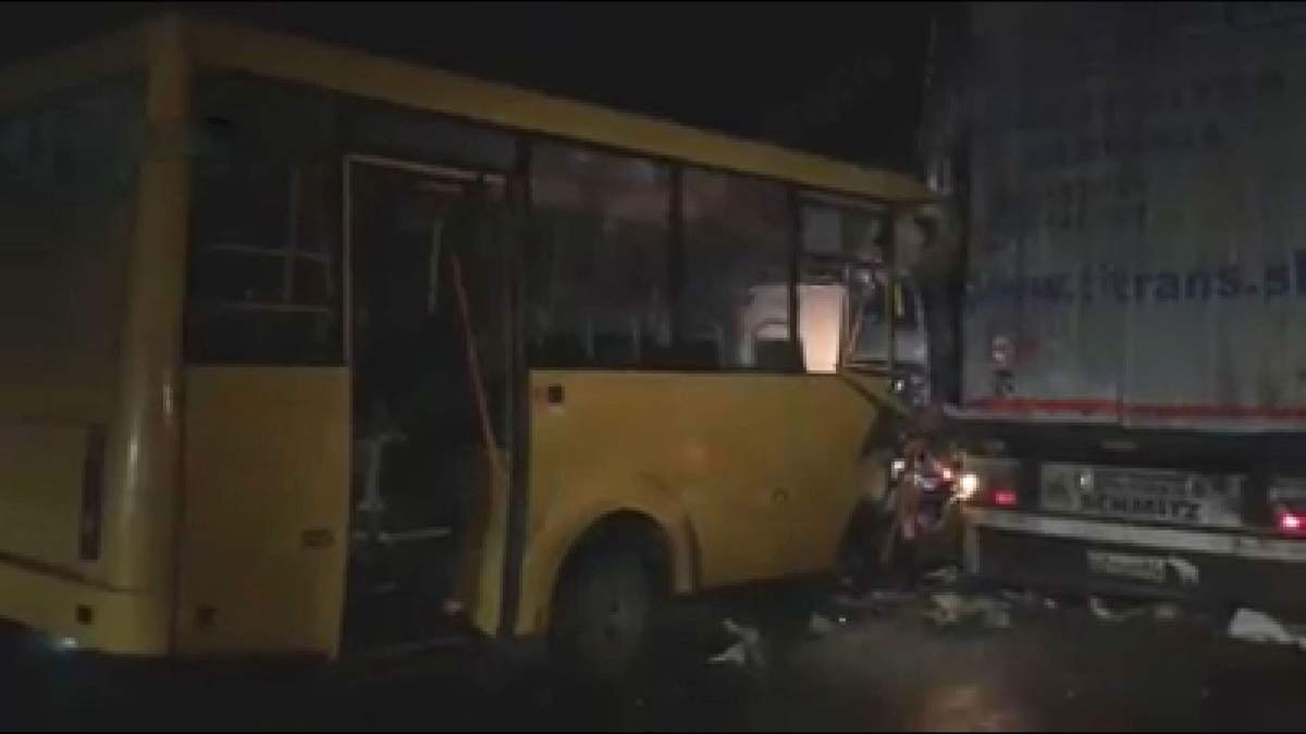 На Київщині маршрутка зіткнулася з вантажівкою: є поранені та загиблий