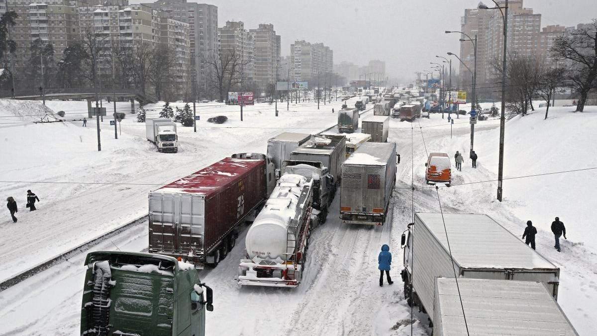 Через снігопад до Києва заборонили в'їжджати вантажівкам