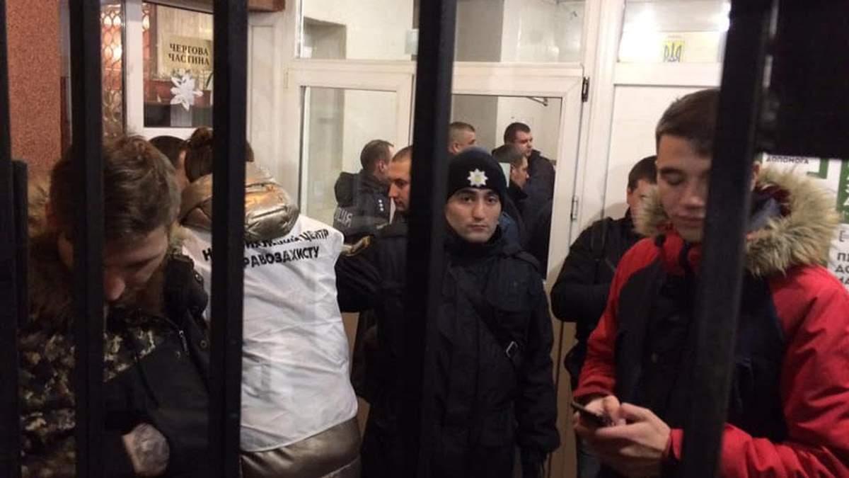 Задержанных во время столкновений праворадикалов доставили в отделение полиции