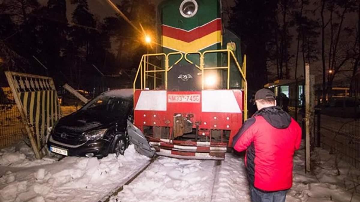 У Києві потяг протаранив автомобіль Honda: фото і відео