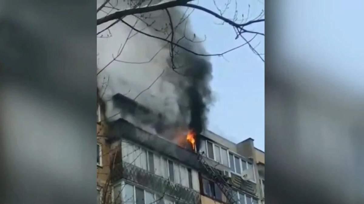У житловому будинку Києва сталась пожежа, є постраждалий: відео з місця події
