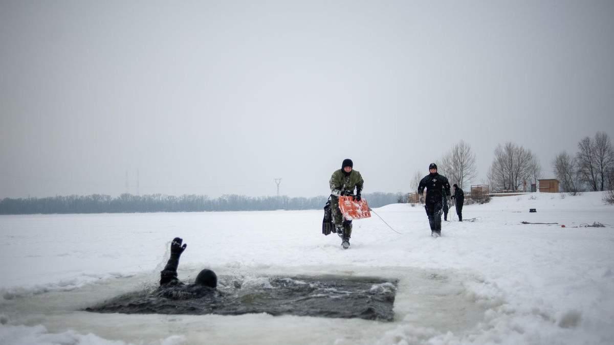 Спасатели показали, как спасти человека из-под льда: важные советы