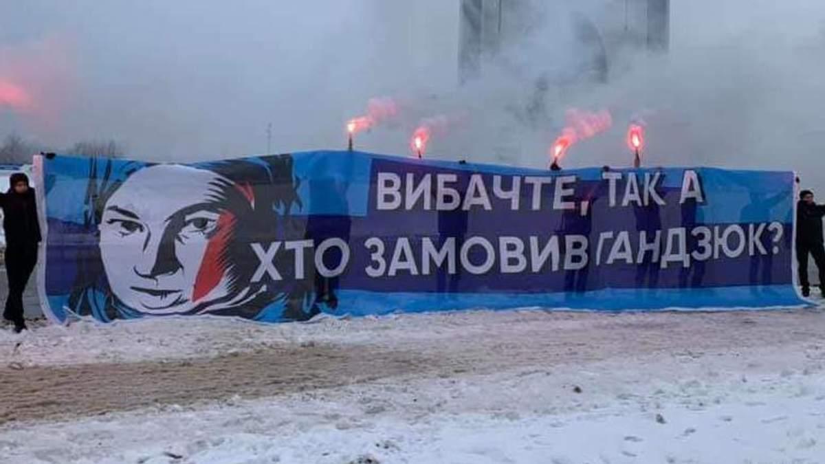 В суд – за баннер у форума Порошенко: выслуга перед президентом или указание сверху