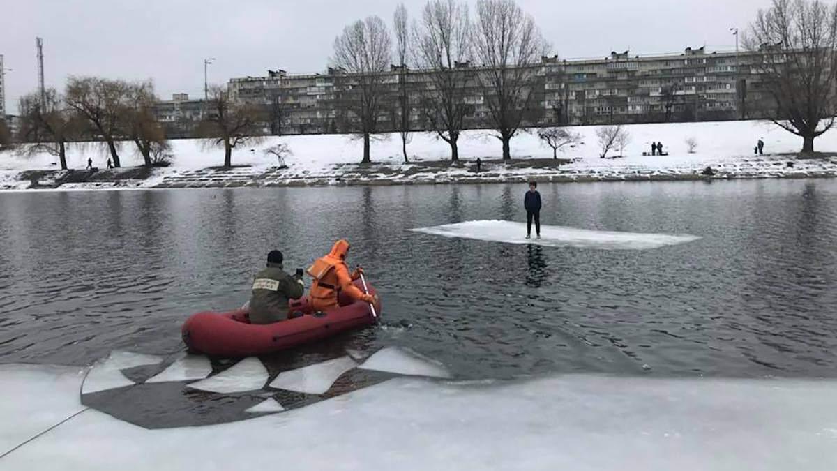 У Києві врятували підлітка, який опинився на відколотій крижині посеред води: фото і відео