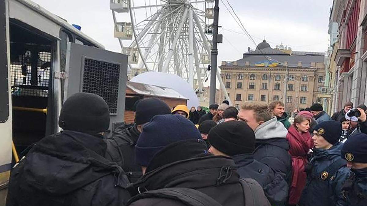 """Встреча Тимошенко с избирателями: задержаны активисты с плакатами """"Кто заказал Катю Гандзюк?"""""""