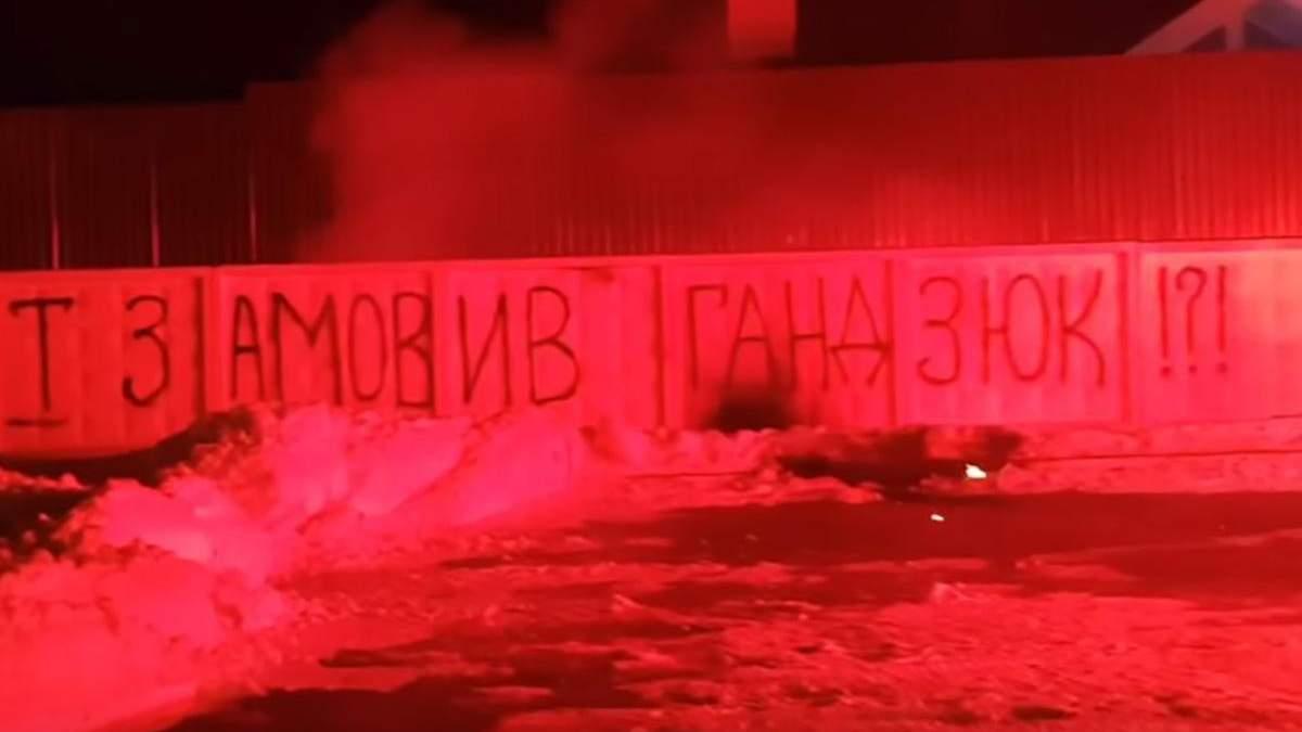 Дом Авакова обстреляли салютами после задержания активистов в Киеве: фото