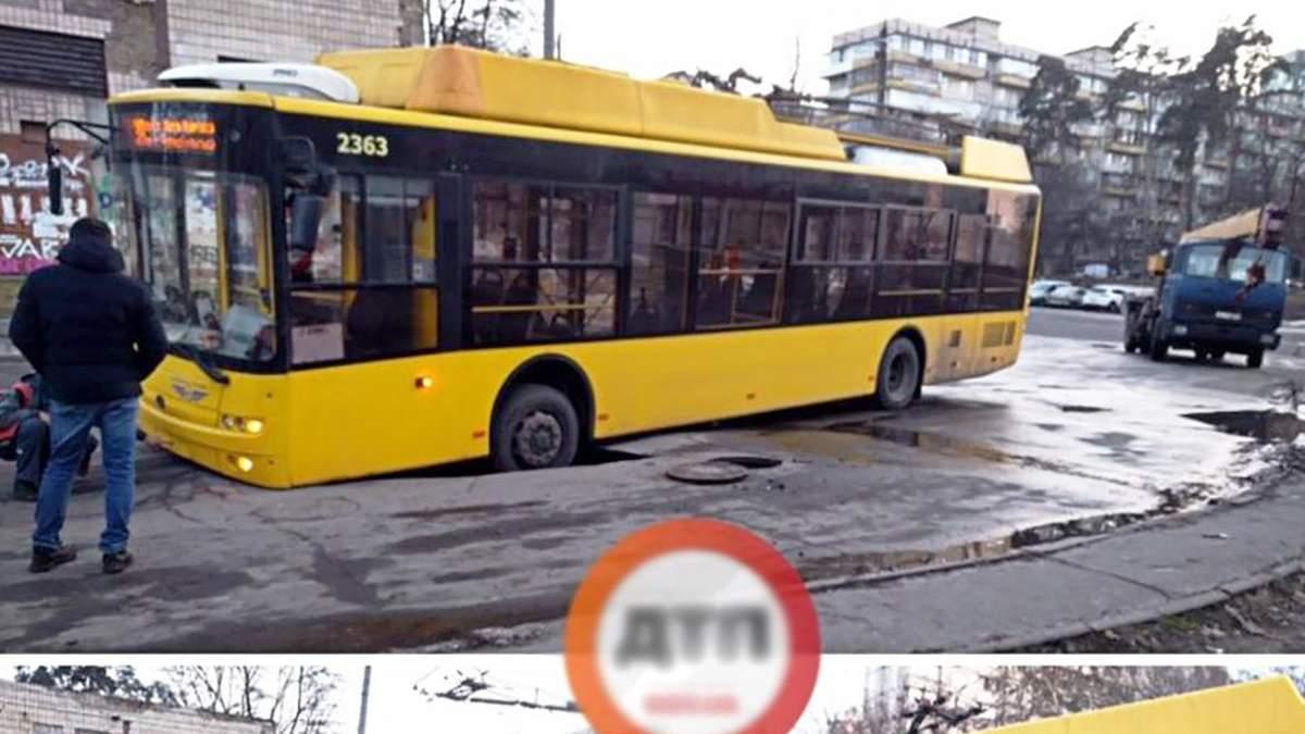 У Києві тролейбус частково провалився під асфальт: фото і відео