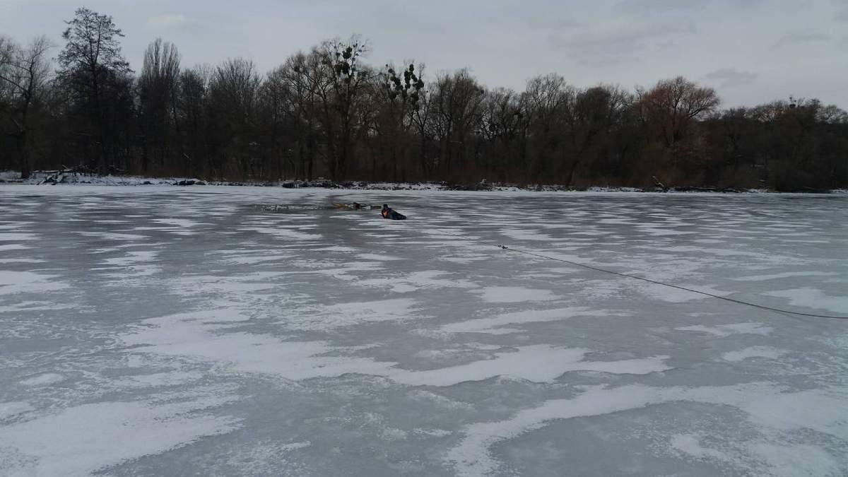 В Киеве две девушки провалились под лед, делая фото: видео