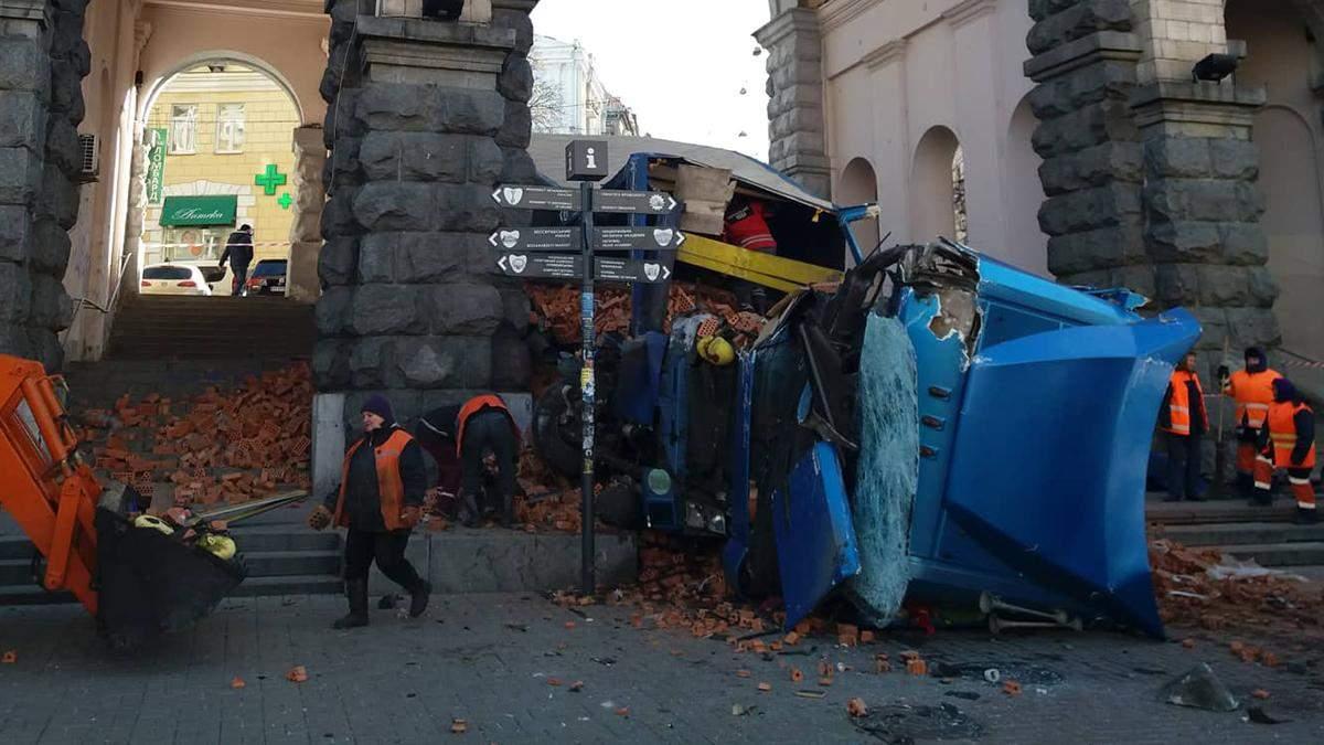 Фура з цеглою перекинулася на Хрещатику: фото і відео