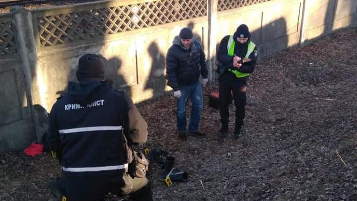 У Києві в канаві знайшли мертву жінку: фото та відео з місця події