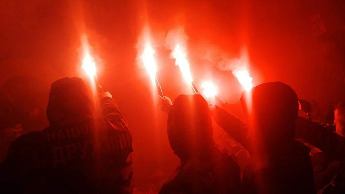 """Коррупционный скандал с """"Укроборонпромом"""": активисты приехали под дом сына Гладковского"""