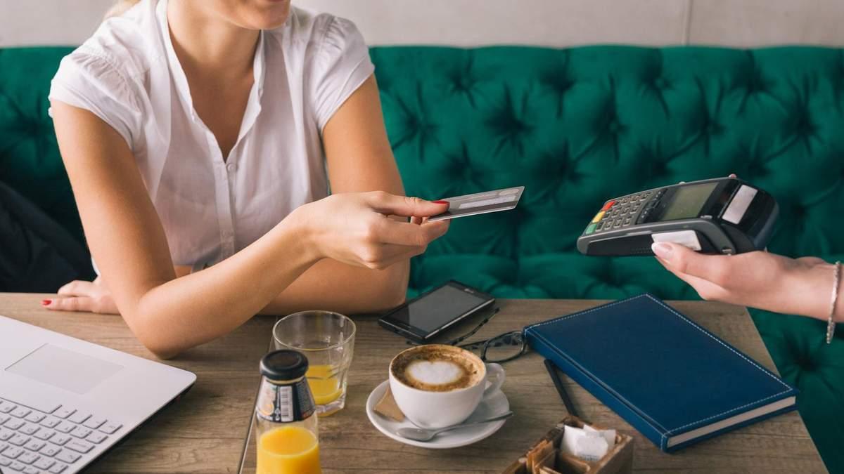 """Залишити """"чайові"""" в Україні можна буде банківською карткою: деталі"""