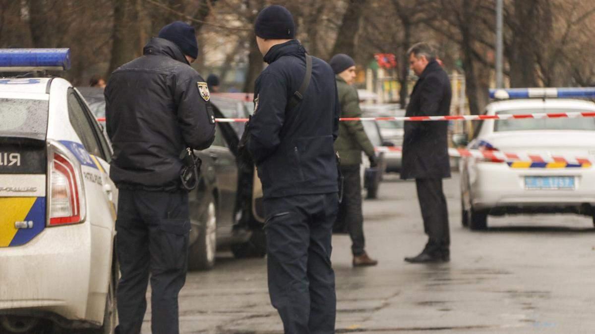 Невідомого у поліцейській формі розшукують