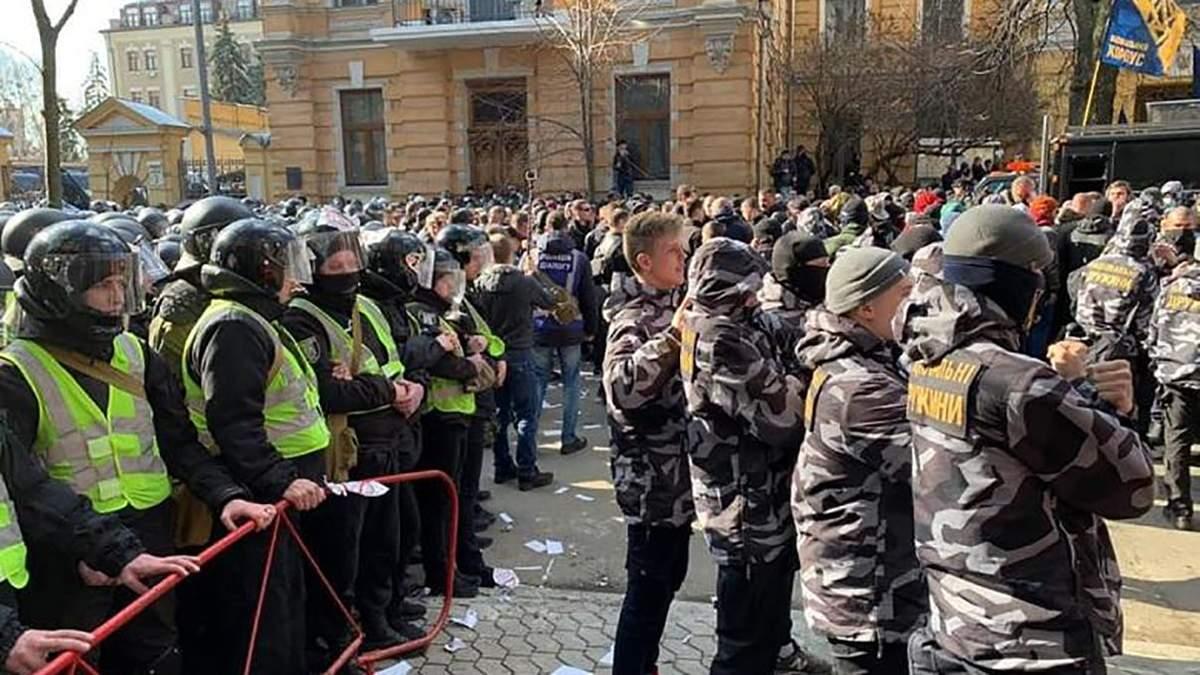 На акции против Гладковских вспыхнули столкновения под Админстрации Президента в Киеве: видео