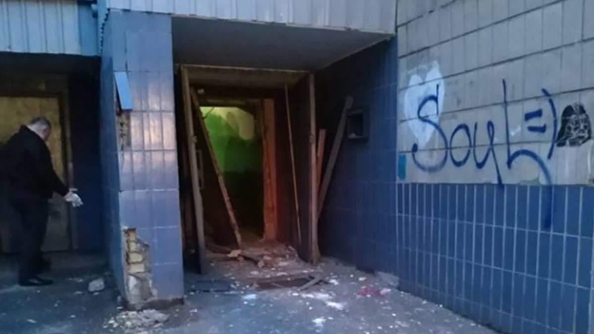 У Києві пролунав вибух у житловому будинку, є поранений: фото та відео
