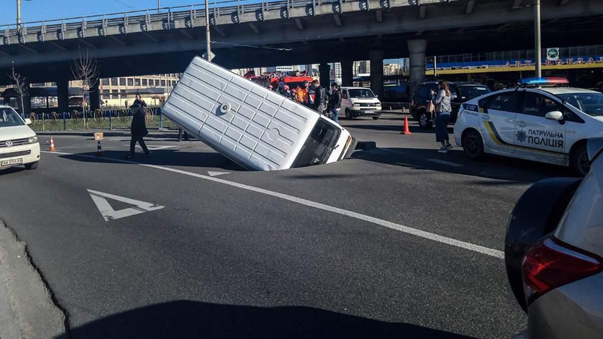 Мікроавтобус провалився під асфальт посеред дороги у Києві: фото і відео