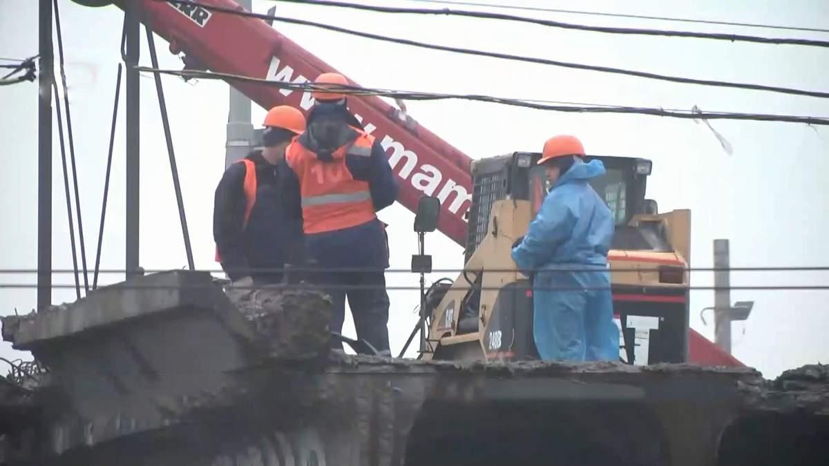 Шулявский мост вывозят из Киева на утилизацию: фото и видео