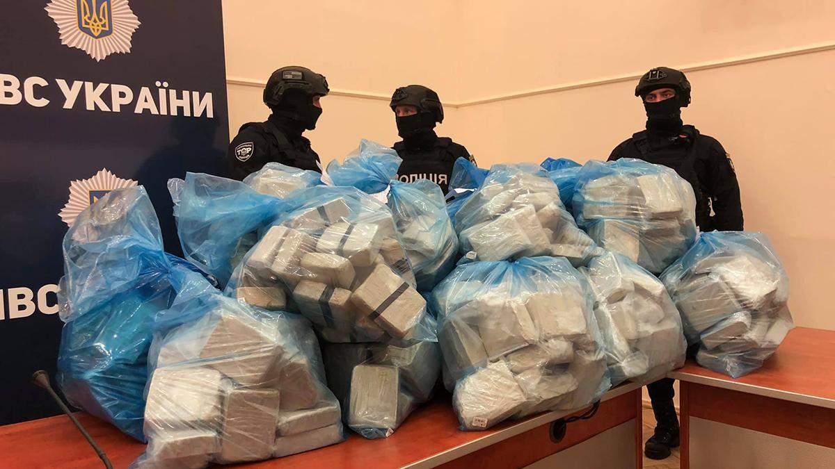 Полиция принесла на брифинг 300 килограмм героина