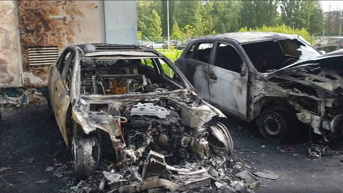 Полум'я заввишки в два поверхи: невідомий підпалив автомобілі в Києві