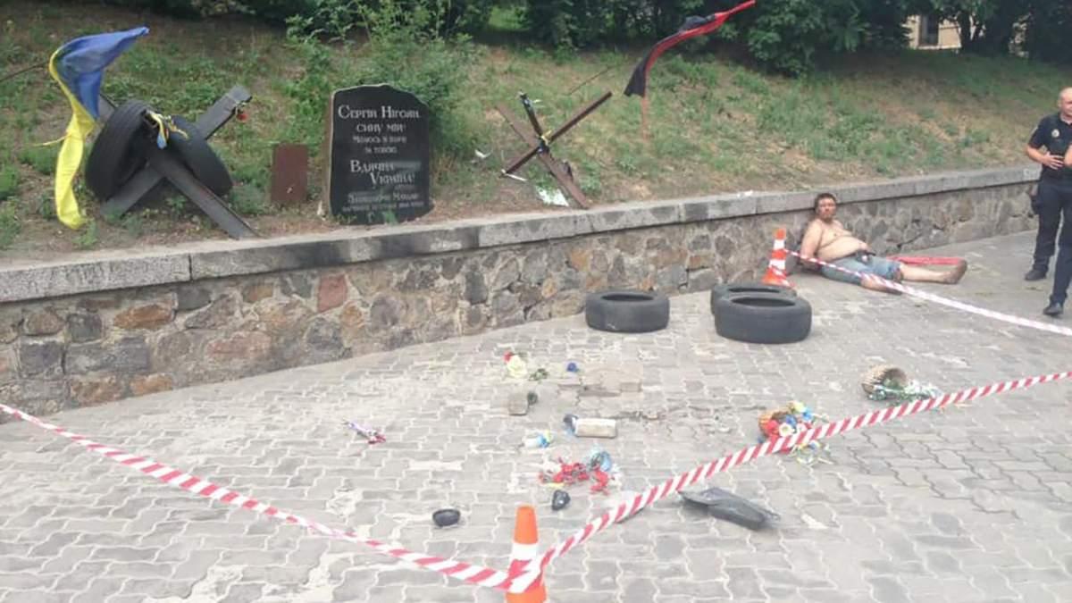 Вандал знищив меморіал герою Небесної Сотні у Києві: фото