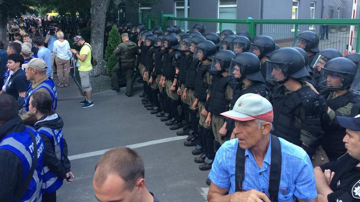 У Києві влаштували пікет під телеканалом NewsOne через телеміст з Росією: фото