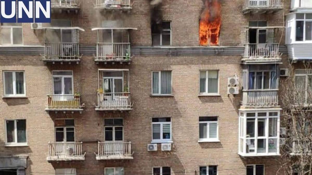Пожар вспыхнул в квартире в центре Киева: есть жертва – фото, видео