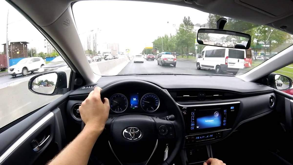 """У Києві """"драйвер"""" зі служби таксі викрав у дівчини авто"""