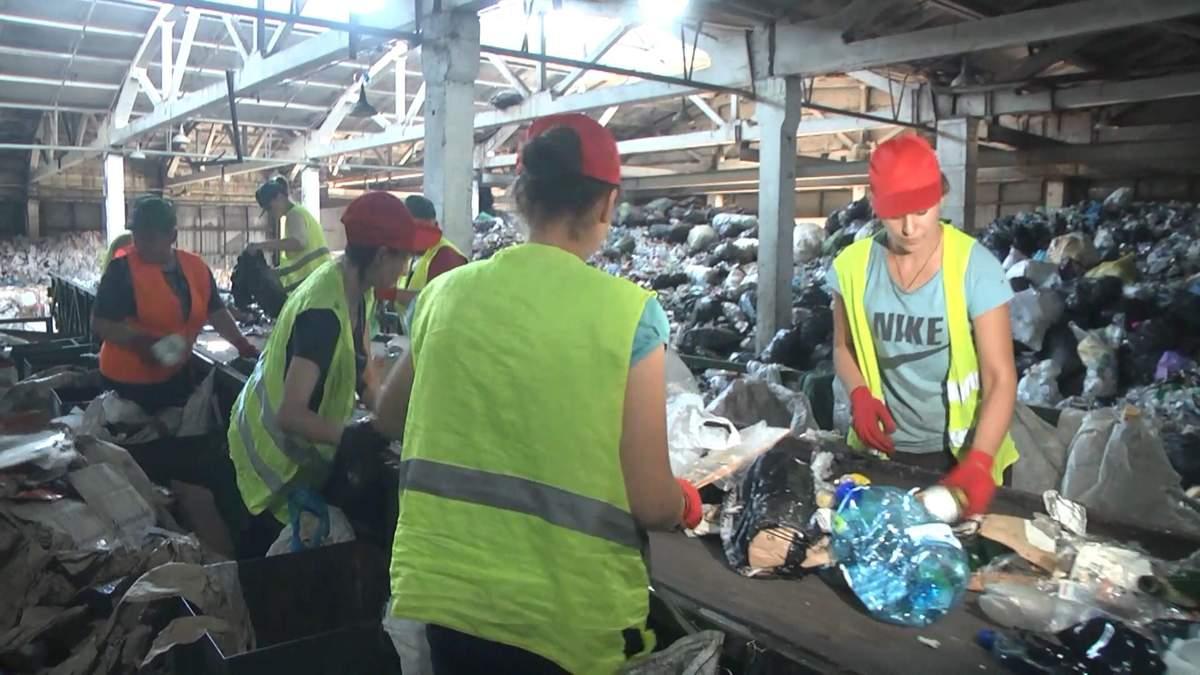 Как сортируют и перерабатывают мусор в Киеве