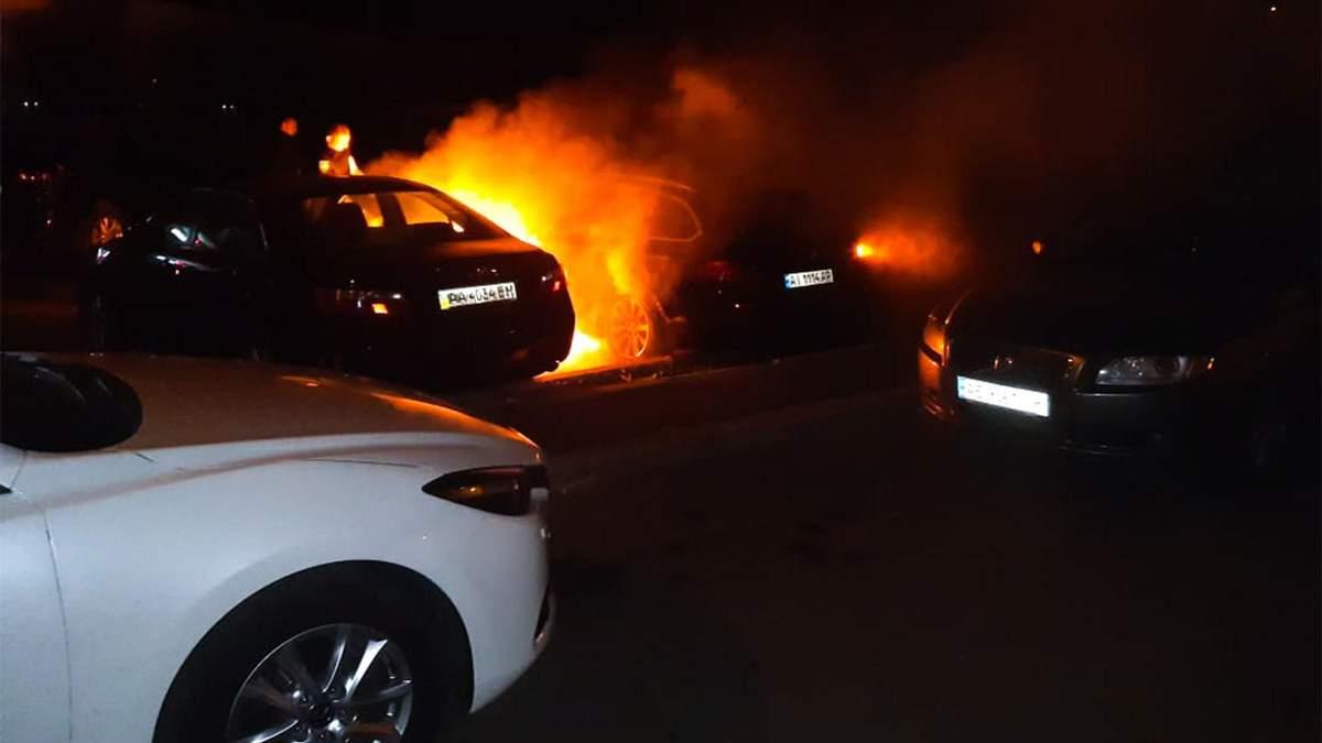 В Киеве ночью горели три автомобиля: фото и видео