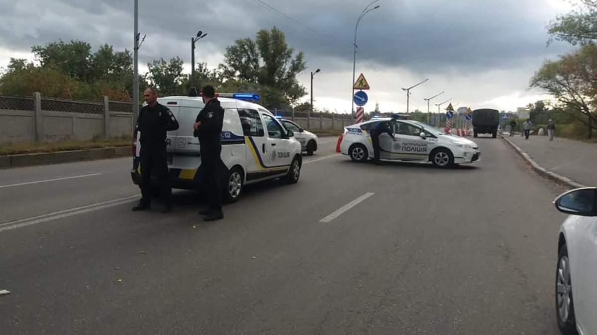 Поліція біля мосту у Києві, де невідомий погрожує усе підірвати