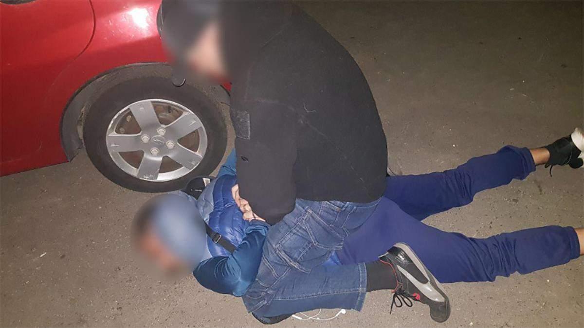 Поліцейські вимагали хабар від рідних дівчини, у якої знайшли наркотики: фото