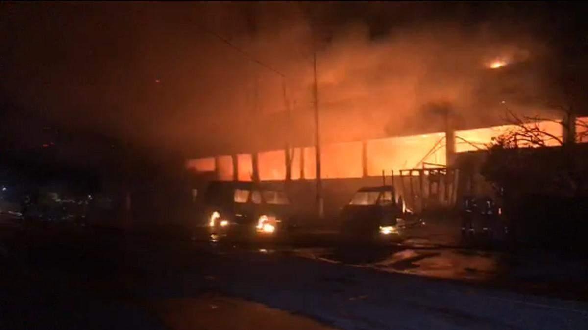 Второй масштабный пожар за вечер: в Киеве горит склад матрасов – видео