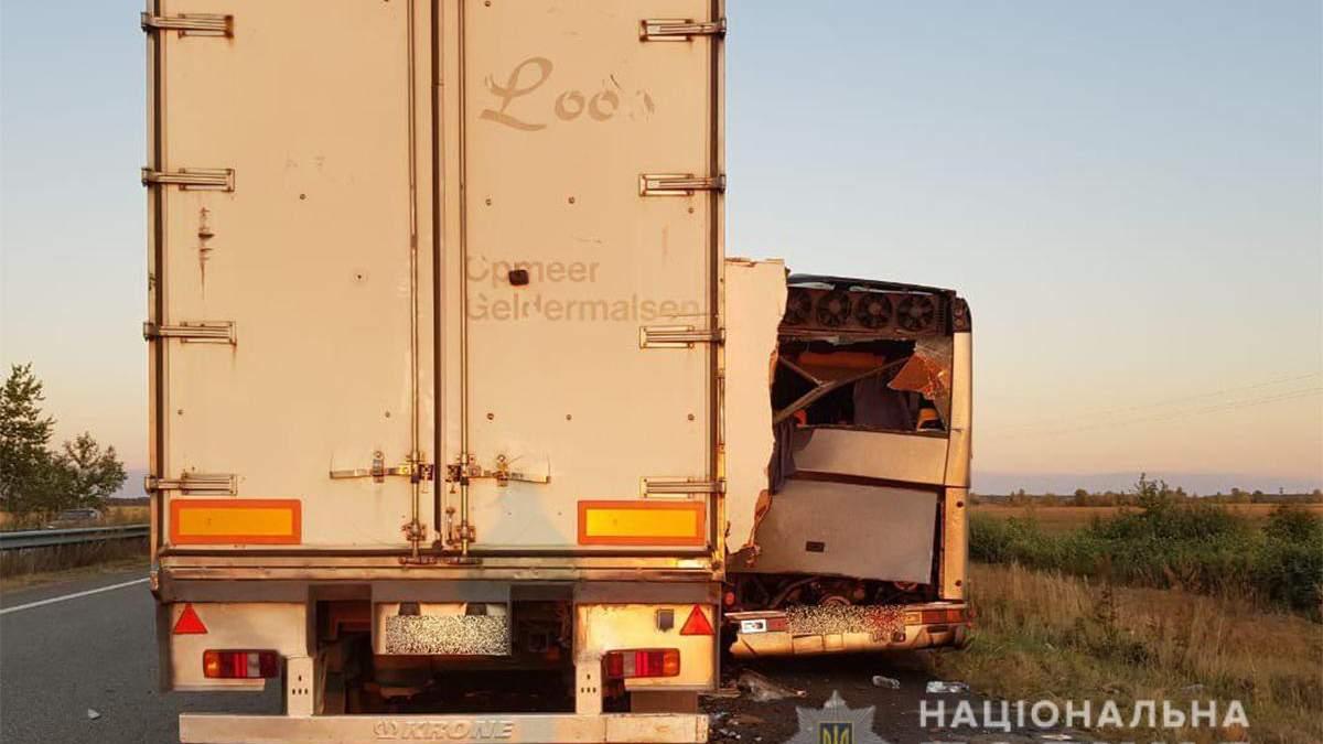Еще одно ДТП с грузовиком и автобусом в Киевской области: есть погибшие – фото