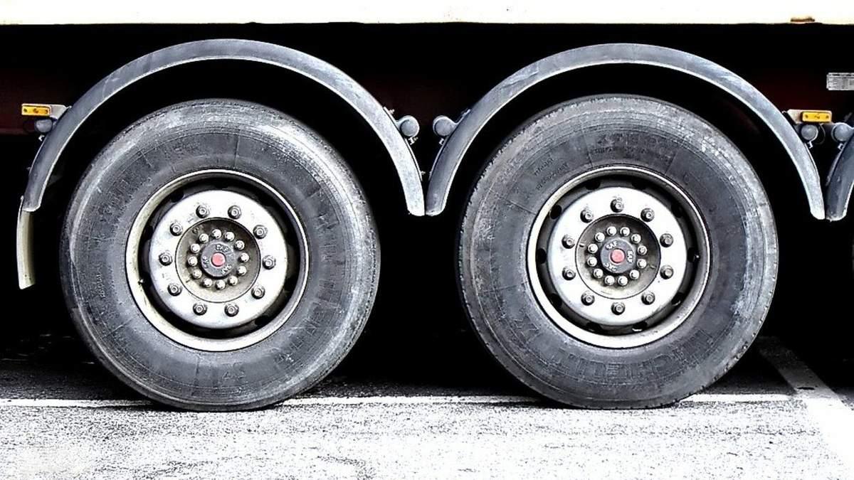 Водій вантажівки збив на смерть жінку