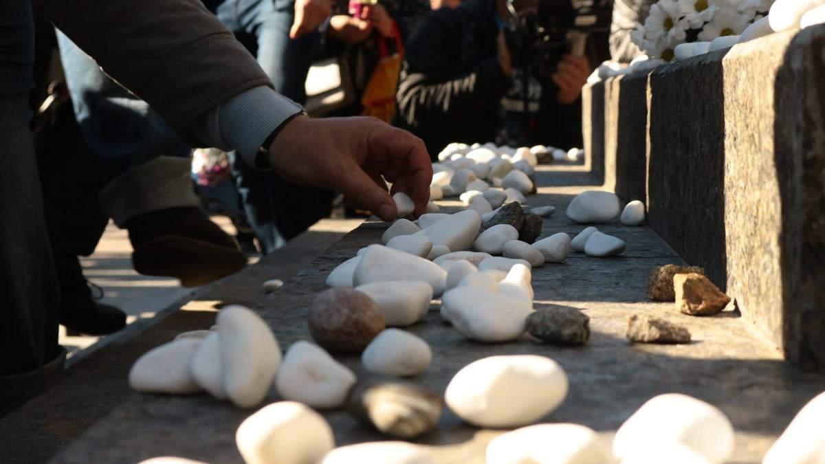Киевляне почтили память невинно расстрелянных в Бабьем Яру: фото и видео