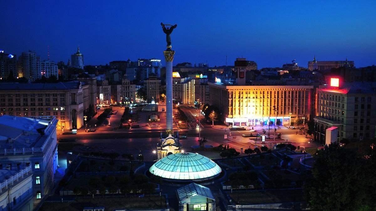 В центрі столиці чоловік погрожував стрибнути з даху будівлі