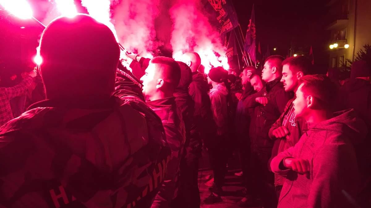 Під ОПУ влаштували протест через формулу Штайнмаєра і запалили фаєри: фото, відео