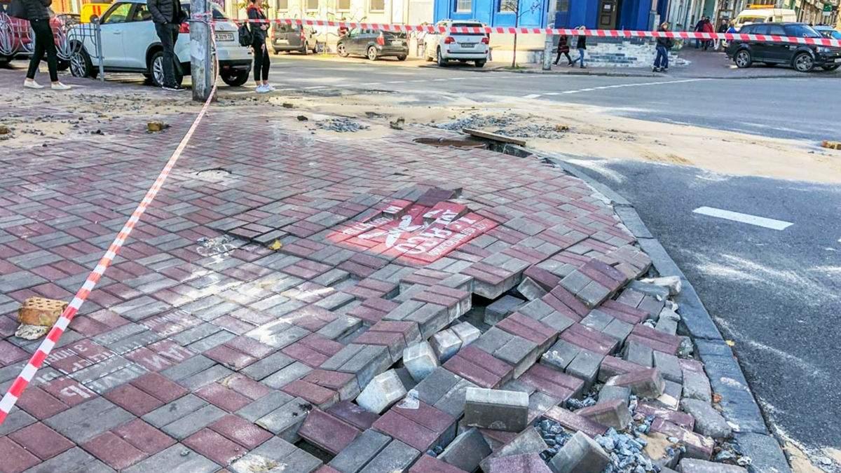 В Киеве из-за прорыва трубы провалился асфальт