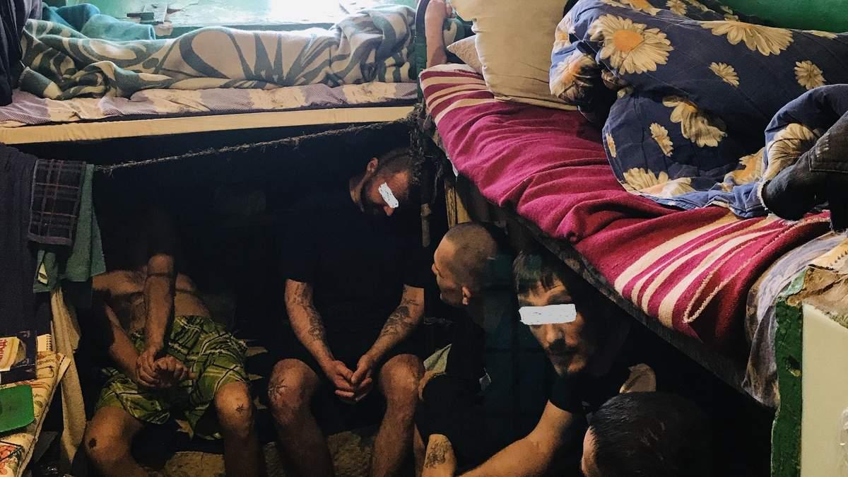 Камеры в плесени, заключенные спят по очереди, их бьют: какие нарушения нашли в Киевском СИЗО