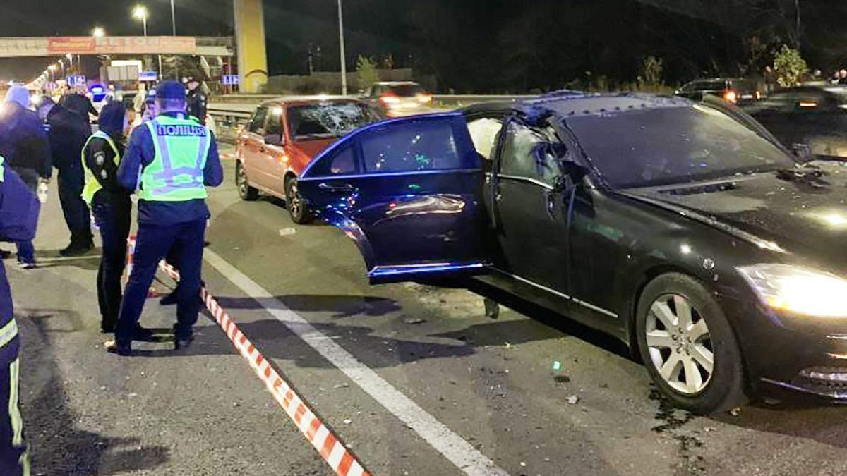 Мотоцикліст кинув вибухівку в автомобіль у Києві: є жертви, багато постраждалих – фото і відео