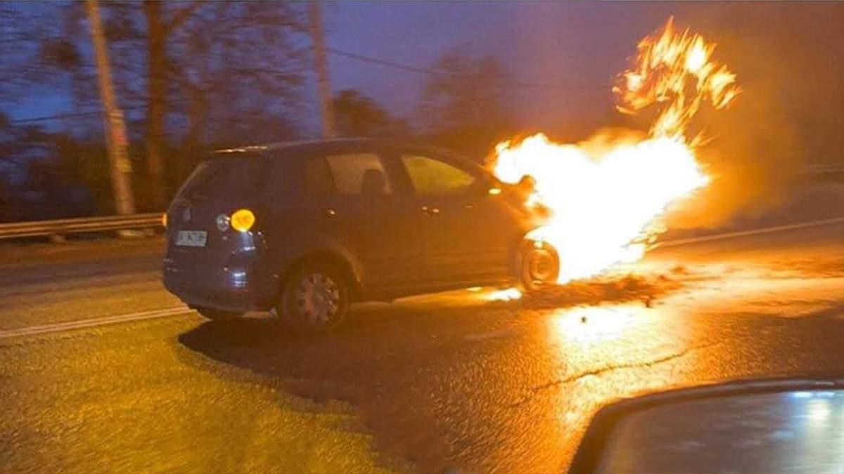 Автомобиль загорелся прямо посреди дороги в Киеве