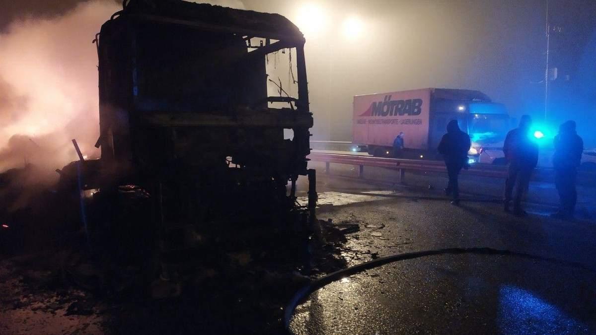 Из-за пожара в грузовике на Киевщине произошло масштабное ДТП – 5 поврежденных автомобилей: фото