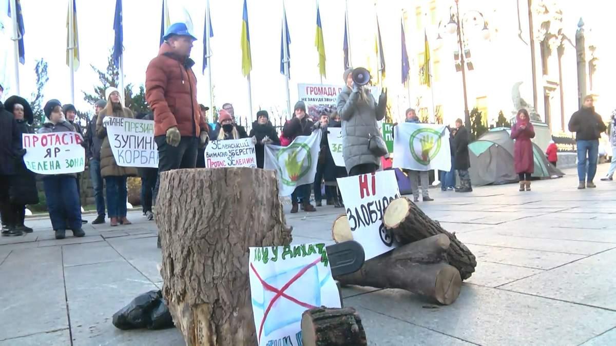 Бревна, бензопила и требования к Зеленскому: под ОП прошла акция против застройки Протасова Яра