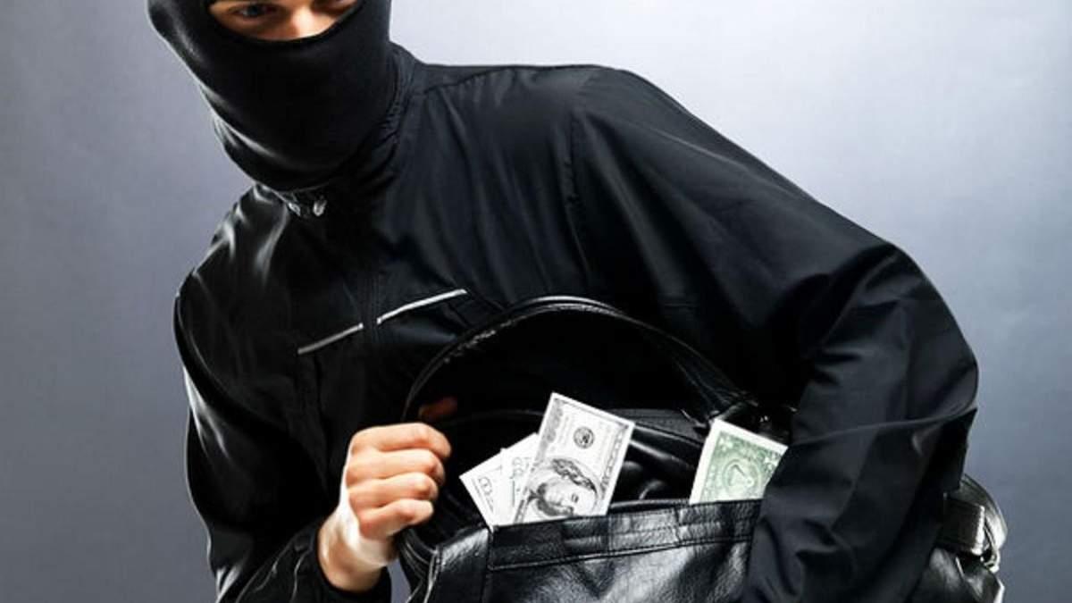 Зухвале пограбування у Києві: на чоловіка напали біля банку та забрали сумку з грошима