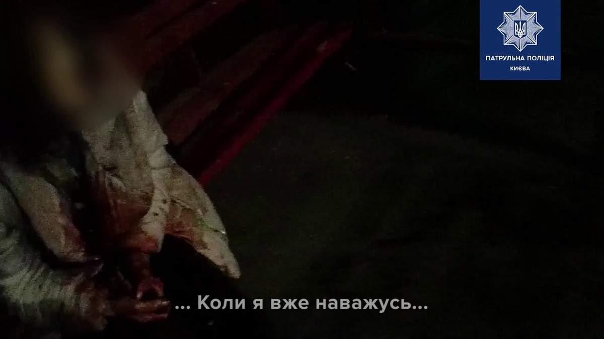 Закривавлена жінка з відчаю хотіла себе зарізати: як поліції Києва вдалося врятувати життя