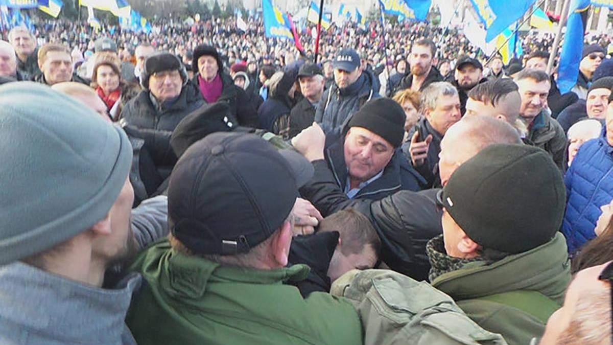 Порошенка закидали яйцями під час віча на Майдані: фото, відео