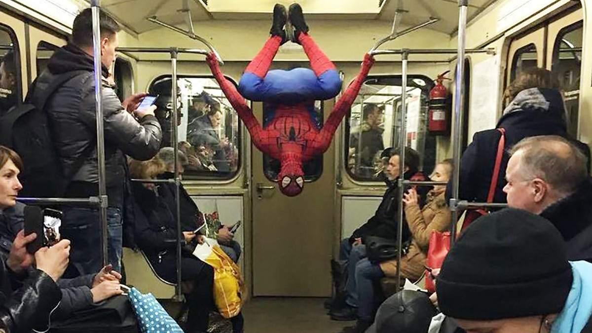 """В киевском метро заметили """"человека-паука"""" (иллюстрация)"""