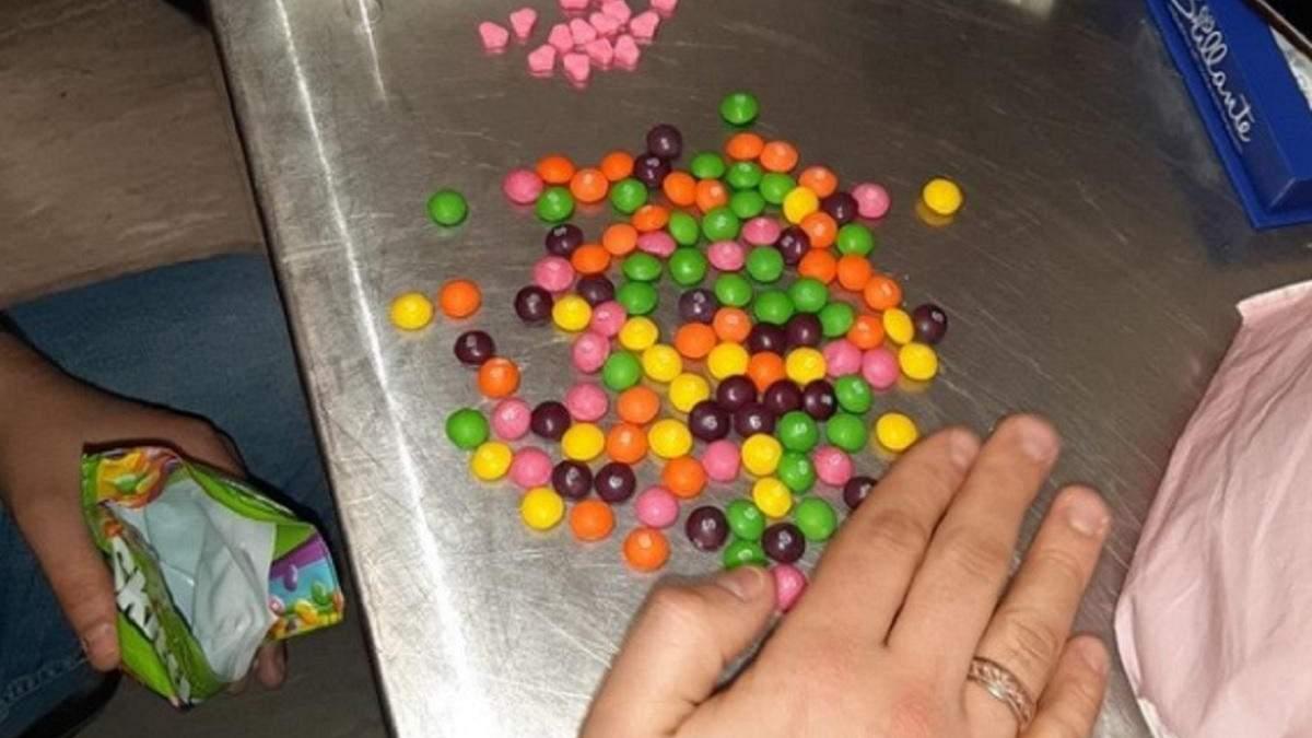 У Борисполі затримали жінку з партією екстазі в солодощах: фото